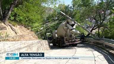 Caminhão atinge fios e derruba poste no Morro do Cruzamento, em Vitória - Motorista estava descendo um morro quando percebeu que veículo havia atingido a rede elétrica. Ele precisou ser resgatado pelo Corpo de Bombeiros por causa do risco de choque.