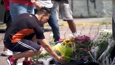 Alunos voltam às aulas em escola que sofreu ataque em Suzano, SP - A escola Raul Brasil, em Suzano, retomou as aulas na manhã desta terça-feira (26), quase 15 dias depois do ataque que matou cinco alunos e duas funcionárias da escola.