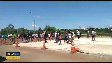 Ponte Ayrton Senna fica fechada por mais de seis horas por causa de protesto - Cerca de 300 índios fizeram uma manifestação na ponte.