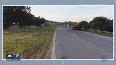 Carreta tomba e deixa mais de 3 km de congestionamento na Fernão Dias - Carreta tomba e deixa mais de 3 km de congestionamento na Fernão Dias