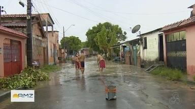 Casas ficam alagadas durante chuva em Manaus - Chuva forte causa transtornos e gera congestionamentos na capital.