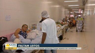 Hospitais improvisam e pacientes enfrentam longa espera em corredores em Campo Grande - Nessa segunda-feira (25), o pronto-socorro do Hospital Universitário (HU) tinha três vezes mais pacientes que a capacidade.