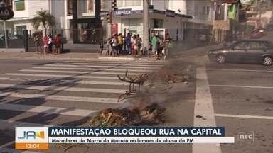 Moradores do Morro do Mocotó, em Florianópolis, fazem manifestação contra abuso da PM - Moradores do Morro do Mocotó, em Florianópolis, fazem manifestação contra abuso da PM