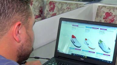 De Olho nas Compras: Especialista em consumo alerta sobre compras pela internet - Por meio de uma rede social, uma moradora de Mogi das Cruzes foi direcionada para um site de compras e a partir daí começaram os problemas. Veja os comentários de Dori Boucault.
