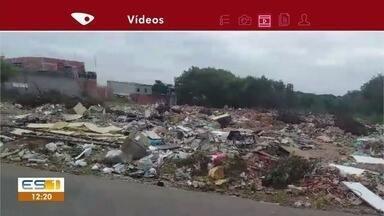 """Lixão se forma ao redor de placa de """"Proibido jogar lixo"""", na Serra, ES - Denúncia chegou pelo aplicativo da TV Gazeta."""