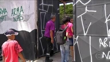 Escola retoma rotina treze dias depois do massacre em Suzano - Estudantes passaram por atividades de readequação ao ambiente escolar. Dos 560 alunos do turno da manhã, metade compareceu às aulas.