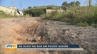 """""""De Olho na Rua"""" mostra problema de rua sem asfalto e cheia de mato em Pouso Alegre (MG) - """"De Olho na Rua"""" mostra problema de rua sem asfalto e cheia de mato em Pouso Alegre (MG)"""