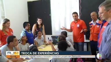 Defesas Civis do Norte e Noroeste Fluminense visitam projeto da Defesa Civil de Petrópolis - Assista a seguir.