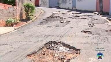 Moradores de Tatuí reclamam de buracos nas ruas - Moradores da Rua Aristeu Antunes, na área central da cidade, reclamam dos buracos no bairro.