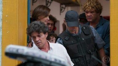 Américo enfrenta Pente Fino, eles brigam e acabam presos - Ana e Flávio prometem ajudar Vitor e Jadson