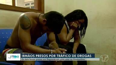 Dois irmãos são presos em flagrante suspeitos de tráfico de drogas no bairro Diamantino - Prisões aconteceram na tarde desta terça-feira (26).
