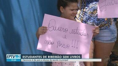Pais de alunos denunciam falta de livros didáticos em escola municipal em Ribeirão Preto - Secretaria Municipal de Educação nega reclamação e informa que há títulos para todos os estudantes.