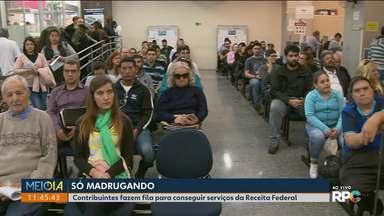 Contribuintes fazem fila para conseguir serviços da Receita Federal, em Curitiba - Muita gente madrugou na fila