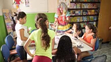 Ex-catadora de recicláveis cria biblioteca em casa para crianças de comunidade - Cultura é uma das plavras lembradas no Aniversário de Curitiba