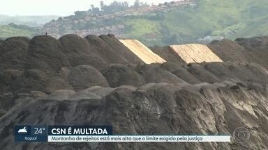 Justiça multa a Companhia Siderúrgica Nacional por causa de volume excessivo de rejeitos - Ambientalistas denunciam que a montanha de escória, à margem do Rio Paraíba do Sul, está bem mais alta que o permitido pela lei.