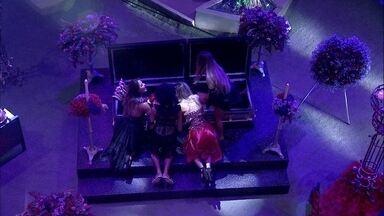 Carolina, Gabriela, Paula e Hariany brincam com caixão - Sisters brincam com caixão