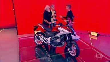Participantes do The Wall ganham moto para volta ao mundo - Casal se emocionou no palco do 'Caldeirão'
