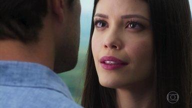 Cris conta a Daniel que André é o filho de Julia e Danilo - Daniel reconhece o camafeu de Cris e diz que viu o objeto em uma regressão
