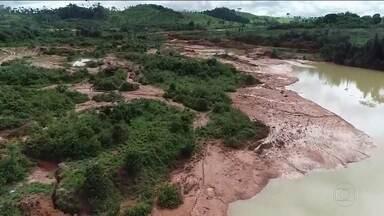 Rompimento de duas barragens em Rondônia deixa mais de 100 famílias isoladas - O rompimento de duas barragens de minério no município de Machadinho D'Oeste, em Rondônia, deixou mais de cem famílias isoladas no distrito de Oriente Novo. A região foi atingida por fortes chuvas na sexta (29).