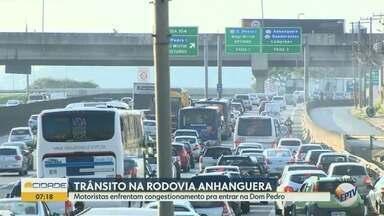 Trânsito na Rodovia Anhanguera, atrapalha motoristas que precisam entrar na Dom Pedro - Nesta segunda-feira (01), motoristas enfrentam congestionamento no KM 104 da Anhanguera.