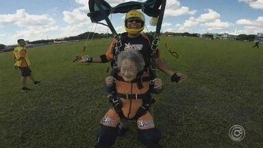 """Aposentada de 102 anos salta de paraquedas em Boituva - Uma aposentada centenária decidiu provar que """"idade não é documento"""" para curtir um esporte radical em Boituva (SP)."""