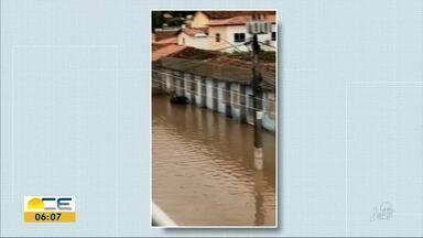 Chuva causa transtornos em Itapipoca - Uma barragem transbordou e a correnteza invadiu ruas e casas.