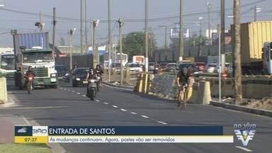 Postes são removidos durante obras da nova entrada de Santos - Os equipamentos estão sendo retirados para facilitar a movimentação entre as pistas.
