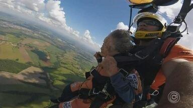 Idosa de 102 anos salta de paraquedas com a filha e a neta em Boituva - Uma senhora de 102 anos decidiu provar que idade não é documento para curtir um esporte radical. Ela, a filha dela e a neta saltaram de paraquedas no Centro Nacional de Paraquedismo em Boituva (SP) no domingo (31).