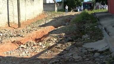 Crateras no bairro do Cruz das Almas atrapalham moradores de Biritiba Mirim - Além dos motoristas, pedestres também correm risco com a situação.