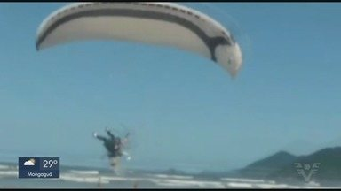 Piloto sobrevive após perder controle de parapente e cair em SP - Imagens foram registradas por um morador de Bertioga. Segundo especialista, o piloto é possivelmente um iniciante.