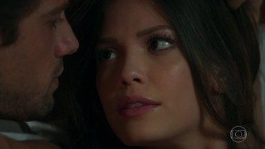 Cris teme que sua sina seja morrer com um tiro no peito - Daniel conta que em uma outra vida, Cris se chamava Beatriz e morria em seus braços