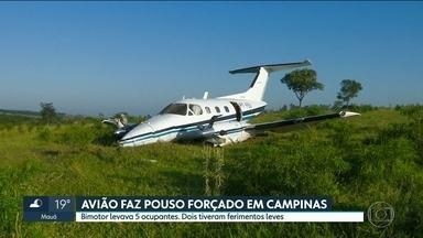 Avião faz pouso forçado numa área de pasto, em Campinas - Bimotor saiu de Sorocaba e seguia para Palmas, no Tocantins. Avião deslizou pelo mato e hélices ficaram destruídas. Cenipa vai investigar as causas do acidente.