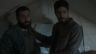 Samira ajuda Laila a despistar Jamil e Fauze - Laila consegue se esconder no meio das pessoas do campo de refugiados
