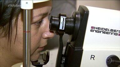 Entenda o que é a espondiloartrite - Uma doença inflamatória autoimune que dá nos olhos. O exame de fundo de olho pode revelar a espondiloartrite.