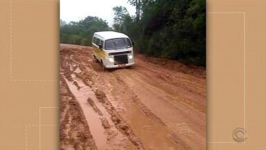 Após forte chuva atingir a ERS-350, em Dom Feliciano, rodovia fica coberta de lama - Ônibus ficou atolado.