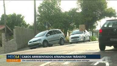 Cabos arrebentados atrapalham o trânsito no bairro Merc~es - Um caminhão arrebentou os cabos de telefonia.