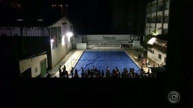 Estudantes de medicina fazem festa ao lado de hospital em Sorocaba - Um paciente do hospital Leonor Mendes de Barros, em Sorocaba (SP), filmou estudantes de medicina da Pontifícia Universidade Católica de Campinas (PUC) fazendo uma festa até às 5h ao lado da unidade.