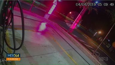 Prefeitura vai cobrar motorista que derrubou semáforo - Jovem bateu contra o equipamento na madrugada de ontem (4).