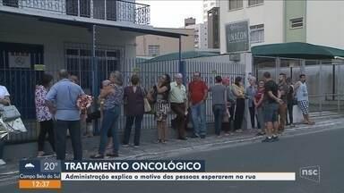 Pacientes com câncer enfrentam horas de fila para fazer quimioterapia em Itajaí - Pacientes com câncer enfrentam horas de fila para fazer quimioterapia em Itajaí