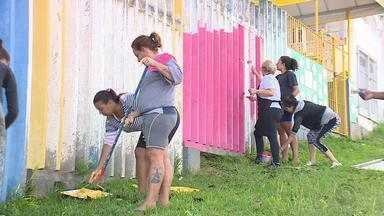 Pais e professores fazem mutirão para reformar escola em Porto Alegre - A escola, que fica na Zona Sul de Porto Alegre, foi pintada pela comunidade.
