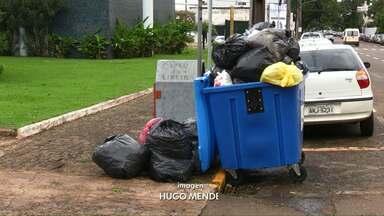 Lixo começa a se acumular nas ruas de Toledo - Prefeitura vai contratar empresa de forma emergencial para tentar resolver o problema.