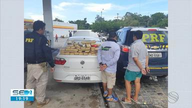Dupla é detida e droga apreendida em Estância - Ao retirar os forros de porta e para-choque do carro, os policiais encontraram os tabletes com maconha prensada, totalizando 47,2 kg da droga.