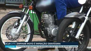 Empinar moto é infração gravíssima; condutor flagrado leva sete pontos na CNH - Ciclista é flagrado cometendo duas infrações ao mesmo tempo
