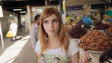 10 Comidas de rua para matar a fome sem perder tempo - Atrás das melhores comidas do mundo, Titi passa por um premiado Food Truck em Toronto, prova um 'risoto de ontem' em Roma, procura o 'Homem 'Grelha' de Berlim, e muito mais.