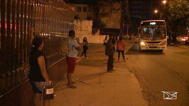 Usuários reclamam das condições das paradas de ônibus em São Luís - Problemas como a falta de sinalização, paradas sem abrigo e a insegurança são alguns dos problemas enfrentados pela população.