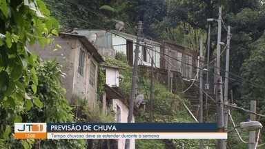 Previsão de chuva deixa moradores de prédio de São Vicente em alerta - Deslizamento já colocou construção em risco na cidade. Para os próximos dias, previsão é de tempo instável na região.