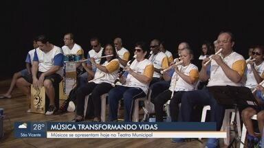 """Deficientes visuais participam de projeto musical no Teatro Municipal de Santos - Projeto """"Música Transformando Vidas"""" acontece neste sábado (6), às 17h."""