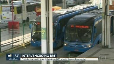 Prefeitura do Rio anuncia nova licitação no BRT - Após manifestações, a prefeitura do Rio anunciou que vai abrir uma nova licitação para novas empresas operarem o BRT. Passageiros reclamam das péssimas condições do sistema.