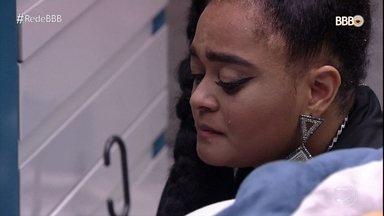 Rízia chora arrependida por ter se colocado no Paredão - Paula se questiona se ainda sabe beijar na boca