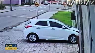 Carro flagrado em assalto em Curitiba, pode ser o mesmo usado na RMC - O assalto já está sendo investigado pela polícia. E um carro igual, que pode ser o mesmo, foi usado em um terceiro assalto, também nos últimos dias. Foi em São José dos Pinhais.